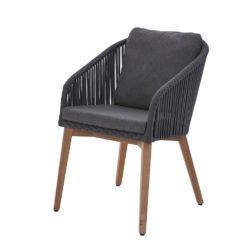 Palma Stuhl. Moderner und komfortabler Armlehnenstuhl, mit pulver-beschichtetem Aluminiumrahmen. Kombiniert mit einem 12 mm breiten Rope-Band in Grau und einem sehr hochwertigem Untergestell aus Premium Teak. Inklusive Sitz- und Rückenkissen mit wasserabweisendem Markenstoff von Sunproof®.